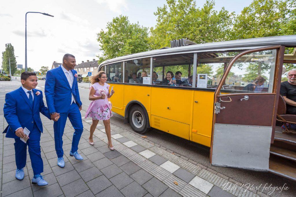 Bruiloft bruidsfotograaf trouwfotograaf Hellevoetsluis Middelharnis Den bommel Willemstad oude bus trouwen trouwfoto Didi t Hart fotografie